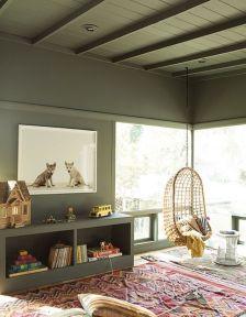 Un-plafond-et-des-murs-kaki-pour-une-chambre-d-enfant-tendance